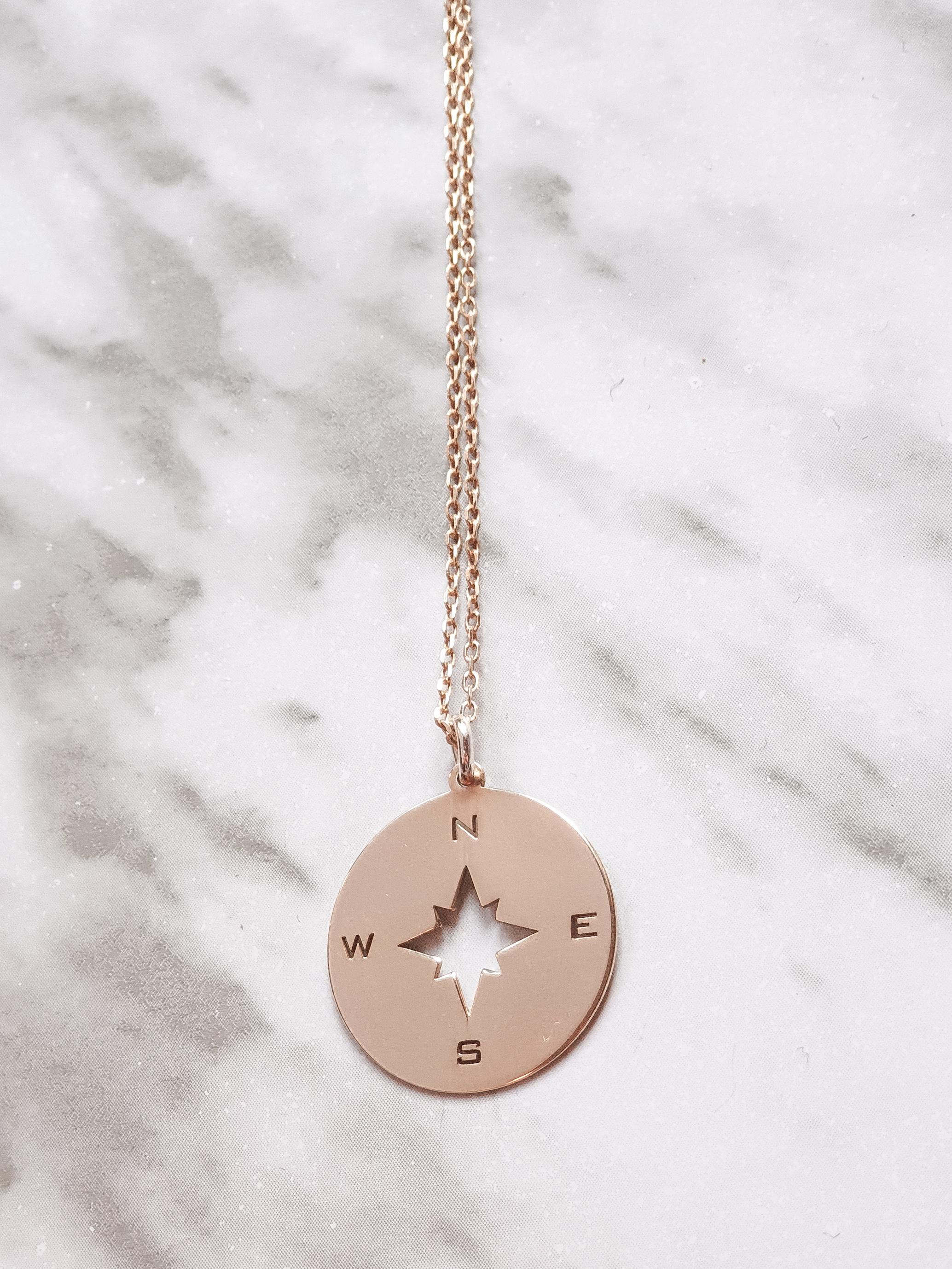 Medalla brújula dorada - María Dosaes